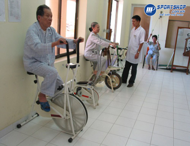 tập phục hồi chức năng với xe đạp