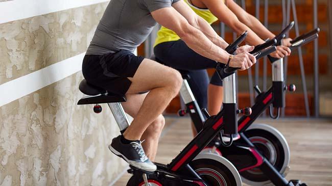 Đạp xe tăng cường sức mạnh cơ bắp vùng chân và cơ lõi